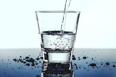 Beber agua para quitar la resaca