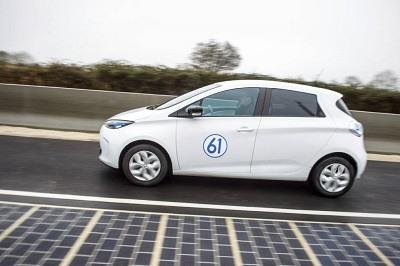 Un coche electrico conduce en la primera carretera solar en Francia