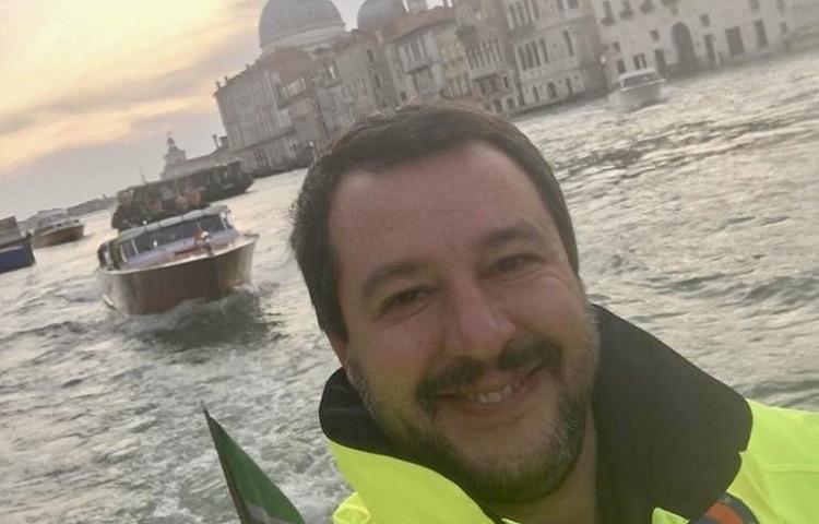 El selfie de Matteo Salvini en una Venecia inundada © Twitter Matteo Salvini