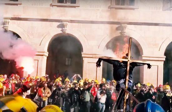 Las protestas sociales de los funcionarios elevan la tension ante las puertas del Parlament