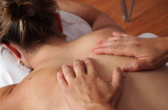 mujer recibiendo masaje de fisioterapia