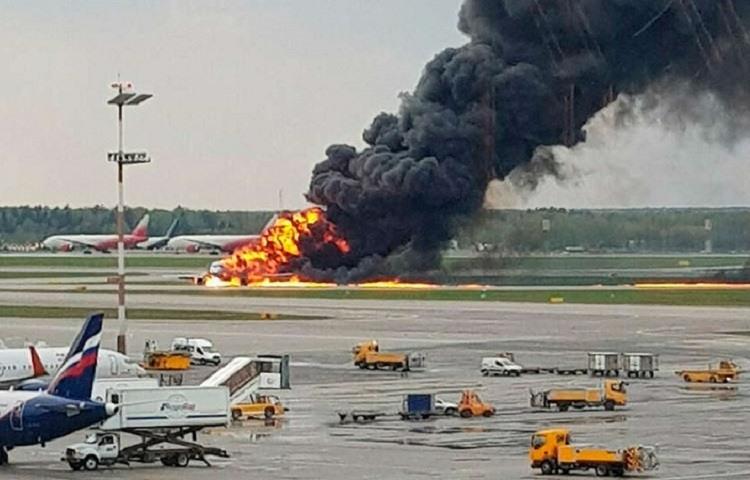 Al menos 41 muertos tras un aterrizaje de emergencia en un aeropuerto de Moscu